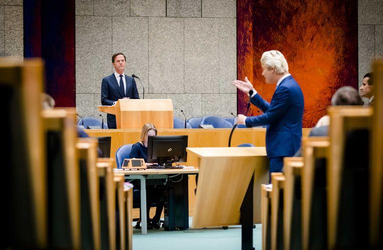Premier Mark Rutte in debat met Geert Wilders (PVV) tijdens het debat over het afschaffen van de dividendbelasting.  Beeld ANP