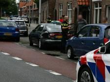 Vrouw ramt twee stilstaande auto's op singel in Enschede