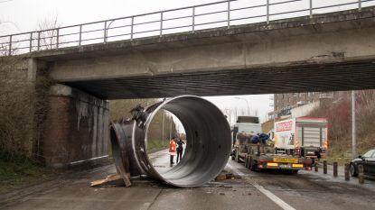 Trucker verliest metalen buis van 27 ton