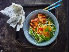 Wat Eten We Vandaag: Papaja-mangosalade met geroosterde zalm & crispy rijstvellen