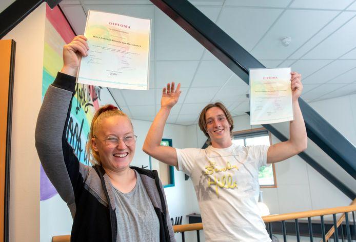 Mary van Dusschoten uit Ermelo en Marvick Schneider uit Harderwijk zijn de gelukkige bezitters van het eerste diploma Praktijkschool.