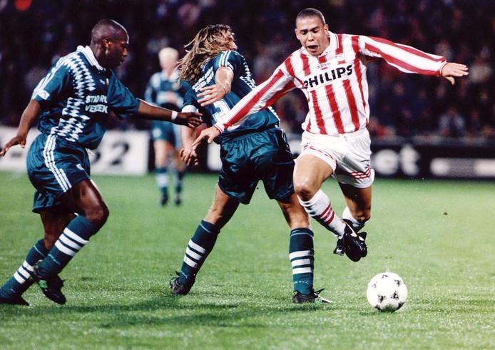 Ronaldo (r) ontwijkt maar net de heup van Feyenoorder John de Wolf.