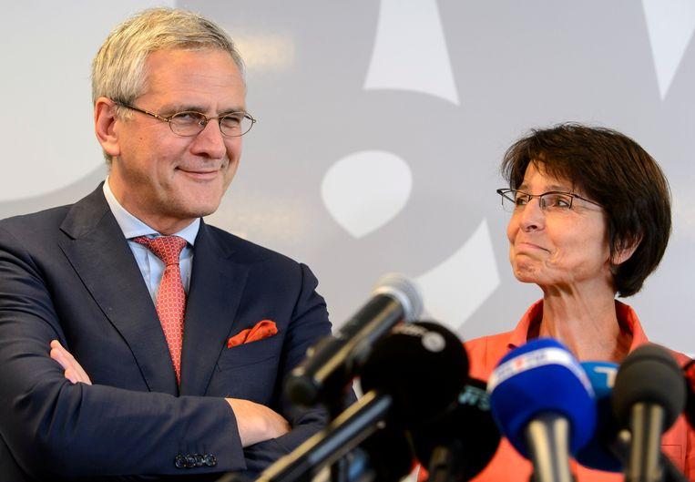 Marianne Thyssen verdedigde als Europees Commissaris de nieuwe regeling, haar partijgenoot Kris Peeters stemde als Belgisch vertegenwoordiger uiteindelijk tegen.