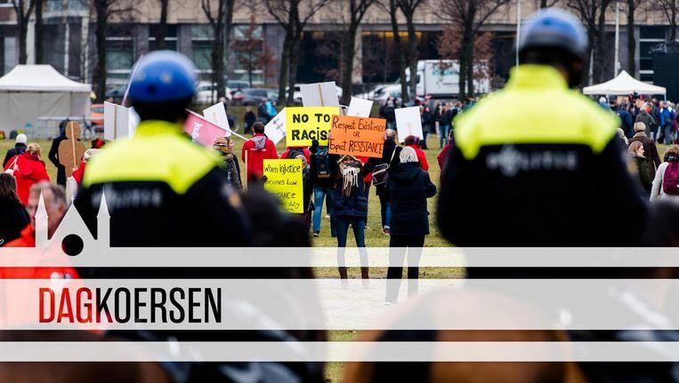 Bezorgde burgers demonstreren samen met Kamerleden tegen het Amerikaanse immigratiebeleid. Beeld anp