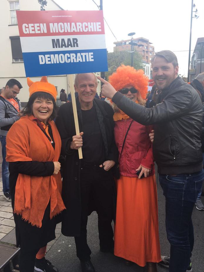 Oranjefan of republikein: het gaat hand in hand vandaag in Tilburg.