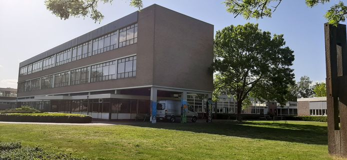 De in de jaren zestig gebouwde scholengemeenschap Harreveld: te groot, verouderd en te duur.