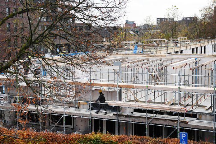 De bouw van 28 zorgappartementen is vol in de gang en goed zichtbaar aan de Keiweg. Het gaat om nieuwbouw van Amarant, op de hoek met de Sint Antoniusstraat.