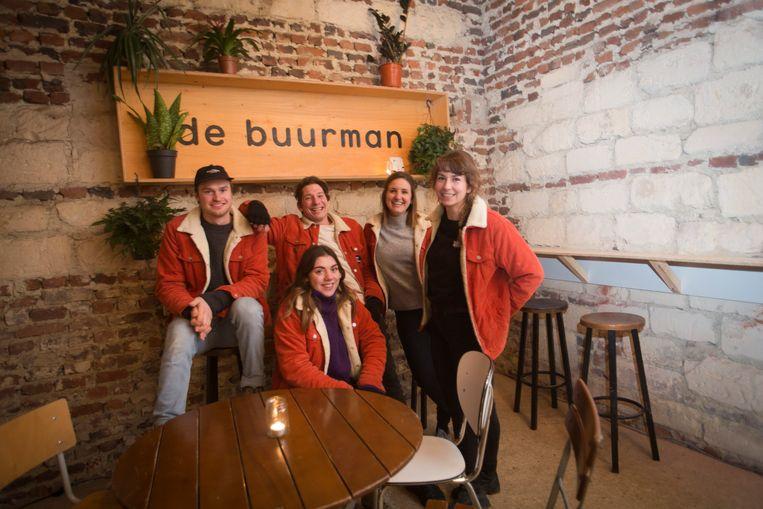 Vijf jongeren en mede-oprichters van de vzw Buurman hebben een geleende maar oude en verlaten hoeve gebruikt om mensen bij elkaar te brengen.