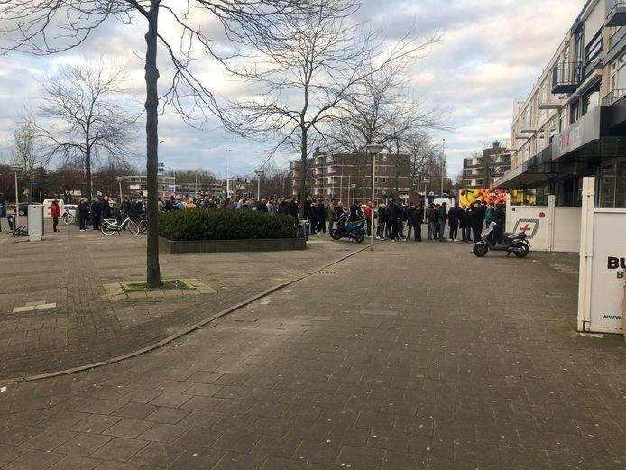 Rij voor coffeeshop Indian in Eindhoven, mensen proberen snel nog voorraad in te slaan voor sluiting