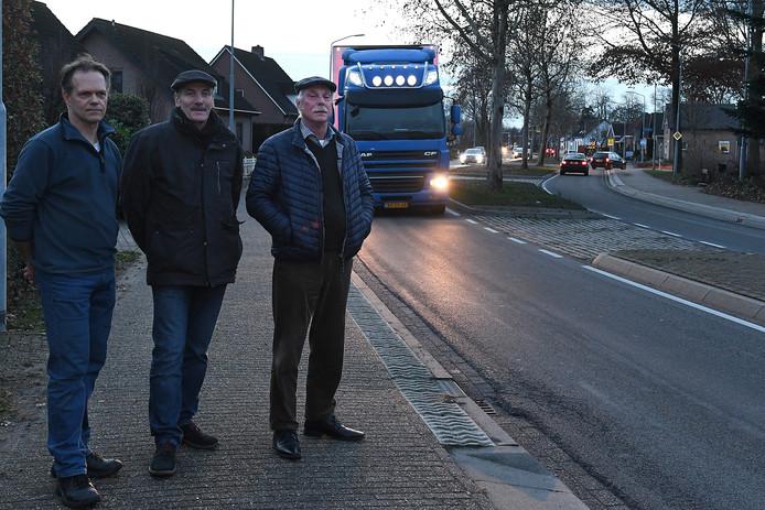Henri van de Pol , Huub Schuurmans en Hans Brouwers (vlnr) proberen beweging te krijgen in de discussie opknappen of een rondweg.