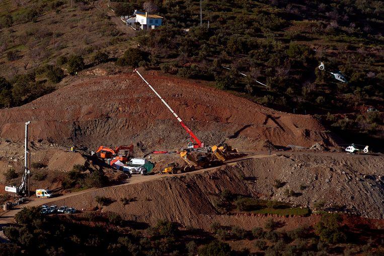 Een groot deel van de heuvel werd eerst afgegraven, waarna een nieuwe put werd geboord waarin mijnwerkers afdaalden om Julen te kunnen redden.