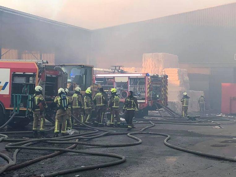 De brand zorgt voor hevige rookontwikkeling.