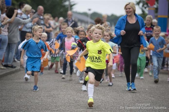 De kinderen van de Sjaloomschool halen geld op voor KiKa met de sponsorloop