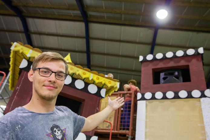 Dylan Jacobs uit Beneden-Leeuwen bij 'zijn' corsowagen in aanbouw.