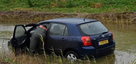 Auto eindigt in vijver naast A50 bij knooppunt Ewijk en veroorzaakt lange file