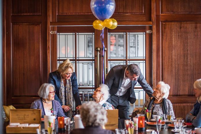 Het 100-jarig bestaan van Hotel Haarhuis werd onder andere gevierd met een high tea.