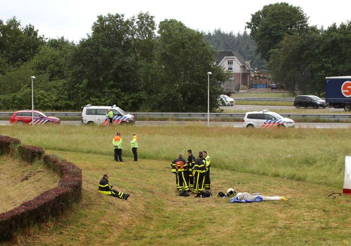 Een sportvliegtuigje is neerstort bij Breda International Airport, waarbij een inzittende om het leven is gekomen. Het toestel kwam in de buurt van het kleine vliegveld in Bosschenhoofd terecht in een weiland aan de A58 en vloog in brand.