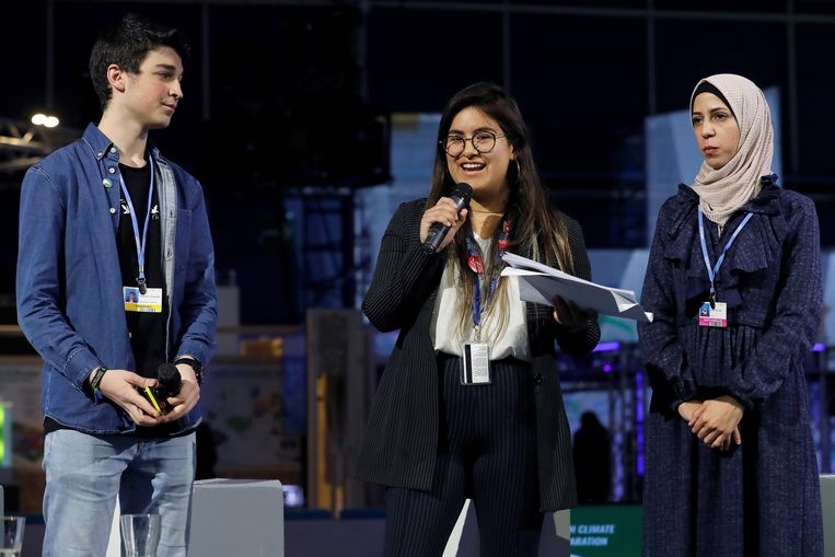 Studenten dragen hun 'Manifesto voor het klimaat en het verzet van de jeugdbeweging' voor op de VN-klimaattop in Madrid. Beeld EPA