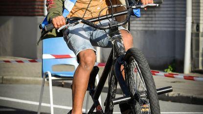 Jonge fietser toont kunstjes tijdens fietsactie