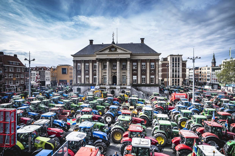 Boeren tijdens de protestactie bij het gemeentehuis van Groningen. Beeld Siese Veentra / ANP