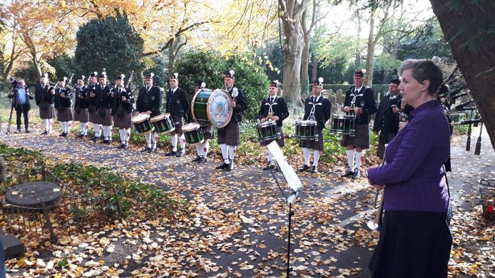 Dutch Pipes and Drums brengen op begraafplaatsOrthen een eerbetoon aan Gilbert McMicking, de Britse militiair die op Wapenstilstandsdag 1918 in Den Bosch aan Spaanse Giep overleed.