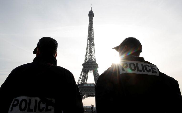 Archiefbeeld van agenten bij de Eiffeltoren in Parijs.