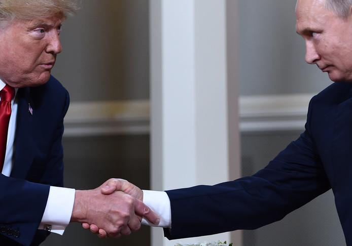 President Trump en zijn Russische ambtsgenoot Poetin drukken elkaar de hand bij de G20-top in Helsinki.