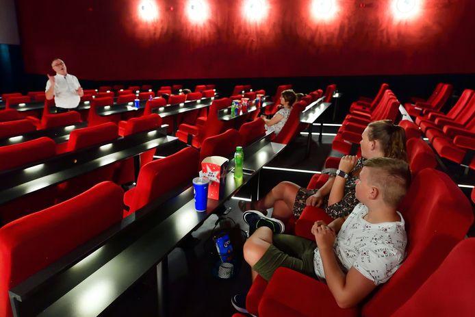 Carlo Lambregts (links) in de zaal van de nieuwe C-Cinema in Roosendaal