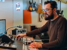 Theo Nap is meester over het geluid in Wooden Cup Studio in Wilnis