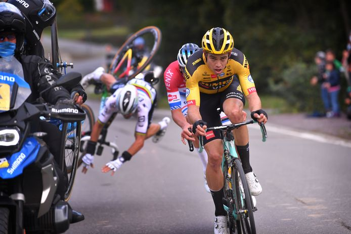 Julian Alaphilippe gaat hard onderuit (op de achtergrond), Wout van Aert en Mathieu van der Poel gaan met z'n tweeën door richting de finish.
