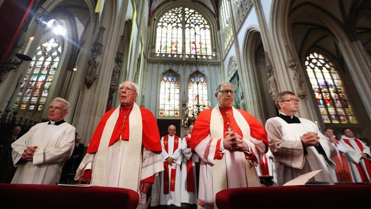 Kardinaal Ad Simonis (L) en Wim Eijk (R) tijdens de installatie van Gerard de Korte als nieuwe bisschop van Bisdom 's-Hertogenbosch bij de kathedrale basiliek van Sint Jan Evangelist. Beeld anp