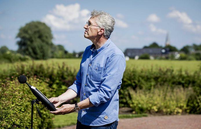Geluidsdeskundige Erik Roelofsen van Stichting Geluidshinder hier bij een meting van vliegtuiglawaai bij Nijkerk.