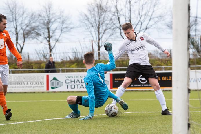 Gilze-speler Willem van Eijck (rechts) omspeelt Irene'58-doelman Erik Eggermond en scoort de 1-0. Het duel zou in 2-1 eindigen voor Gilze.