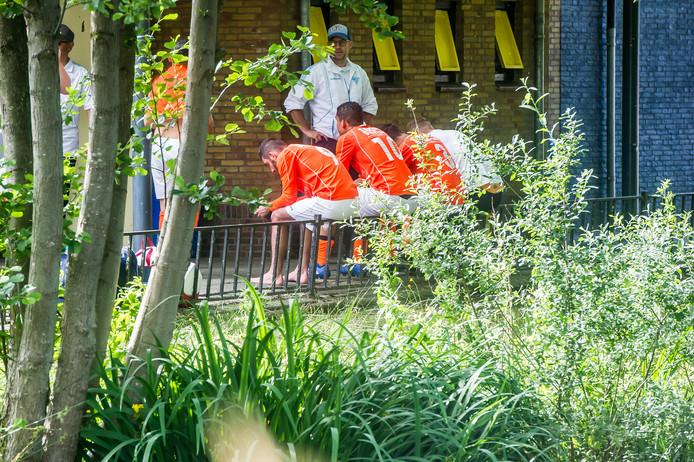 Teleurgesteld bespreken de spelers van WDS'19 (oranje shirts) de verloren wedstrijd na.