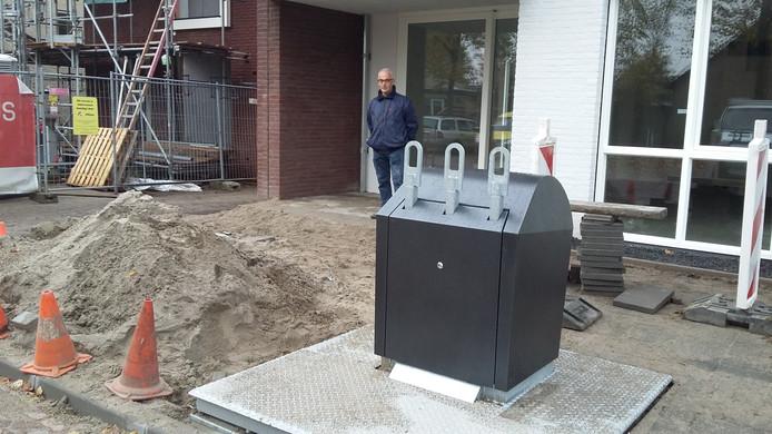 De afvalbak staat pal voor de nieuwe woning.