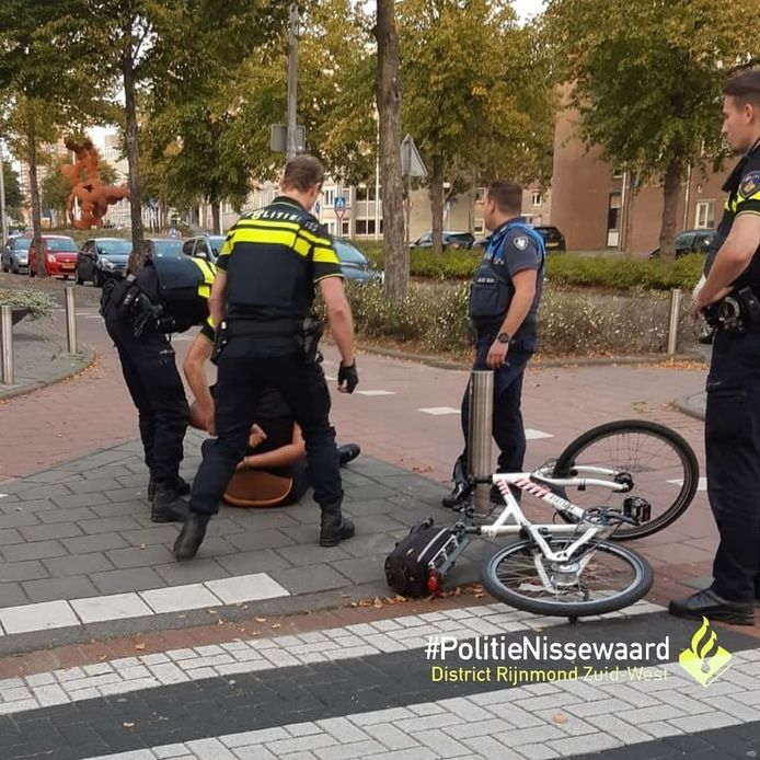 De politie heeft de jongere met het mes te pakken