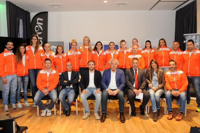 Het Serie A1-team van Südtirol Bolzano werd vrijdag gepresenteerd aan de media. Staand 6e van links Maret Grothues-Balkestein.