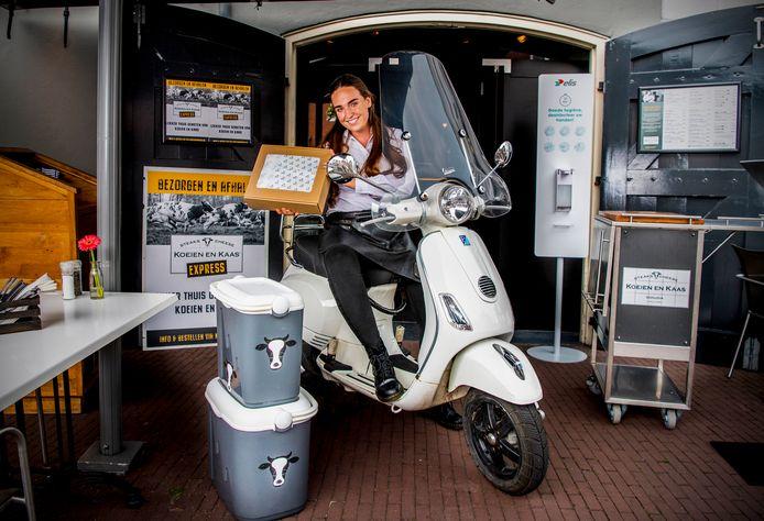 Hier is uw bestelling. Koeien en Kaas in Gouda, medewerkster Esmee Spijksnijder.