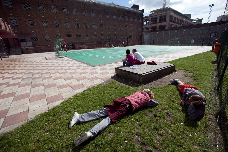 Enkele mannen ontspannen in de hulpgevangenis van Leuven, waar Marc E. dinsdag een andere gedetineerde ombracht.