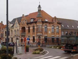 """Staden zet voormalig gemeentehuis en 5 aanpalende panden samen te koop voor 1,7 miljoen euro: """"Kan zeer waardevol project worden voor de gemeente"""""""