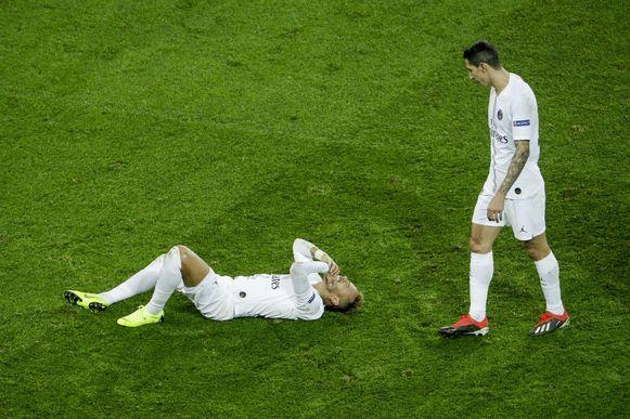 Di Maria kijkt toe hoe Neymar kermend op het gras ligt.