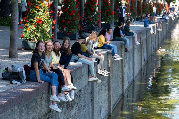 Bij de Hofvijver genieten mensen van het mooie zomerweer.