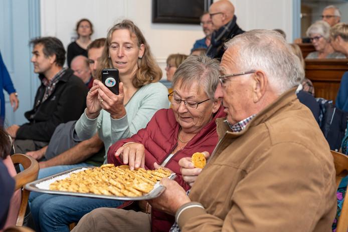 De schaal vol Zierikzeese Moppen vond gretig aftrek bij het publiek in het Stadhuismuseum