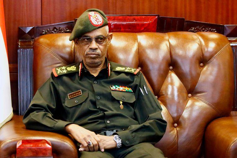 Minister van Defensie generaal Mohammed Ahmed Awad Ibn Auf, die na een dag afstand deed van het voorzitterschap van de militaire raad. Beeld AFP