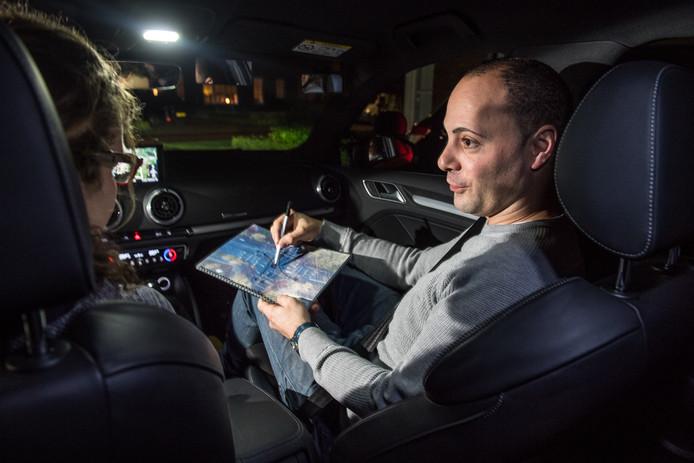 NIJVERDAL - Rijschool Victor werkt met innovatieve middelen: drone foto's van verkeerssituaties en 360 graden instructie video's. Victor Schonherr geeft aan de hand van een drone foto een verkeerssituatie weer tijdens een rijles.