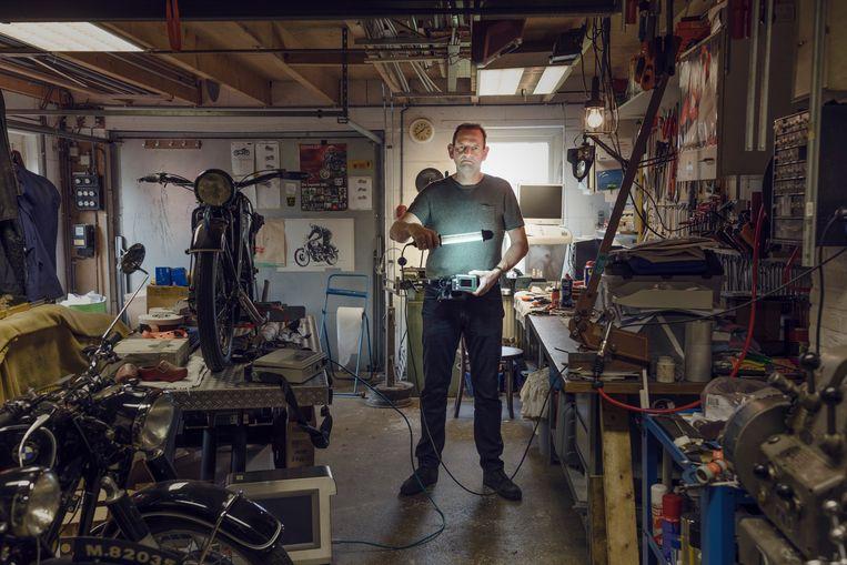 Robin Koops, aangesloten op het laatste, veel kleinere model van zijn kunstmatige alvleesklier. Beeld Lars van den Brink