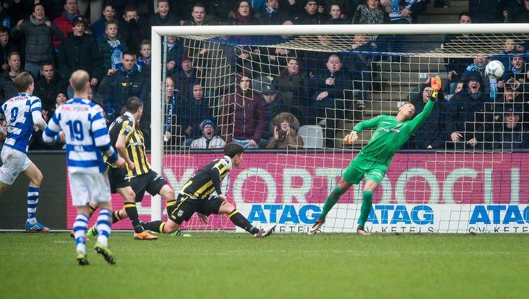 Vincent Vermeij van De Graafschap scoort de 1-1 tegen Vitesse. Beeld anp