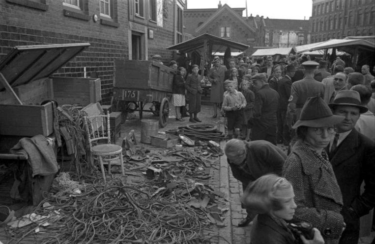 In de Uilenburgerstraat wordt ook aan het begin van de bezetting nog de Joodse markt gehouden Beeld Foto Franz Stapf / NIOD