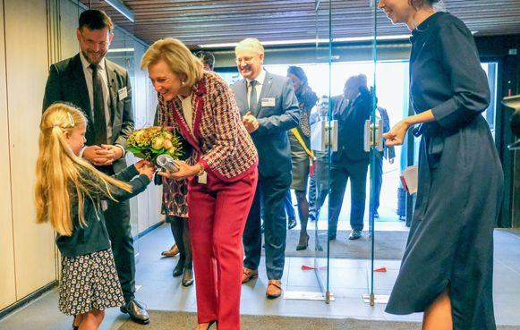 Prinses Astrid krijgt bloemen bij haar onthaal