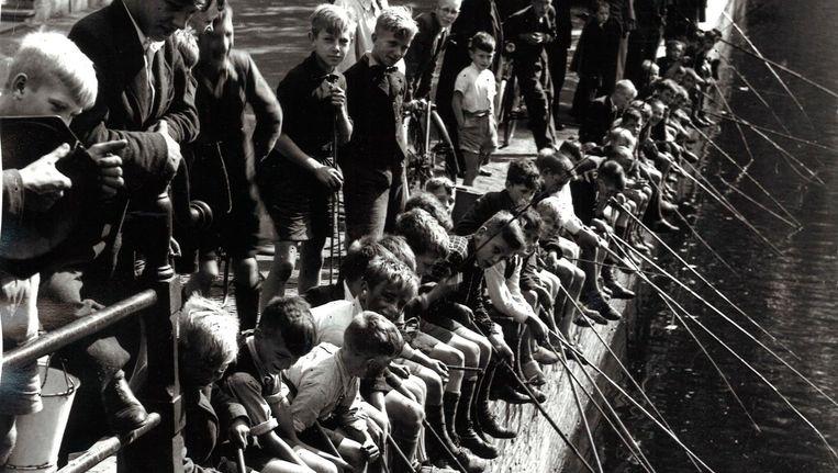 Vissende jongens aan de Herengracht op 27 augustus 1941 Beeld J.D.Noske/Spaarnestad/ANP